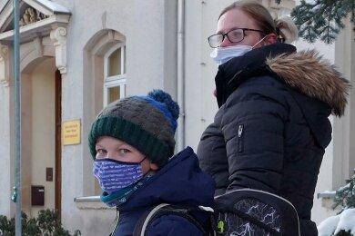 Claudia Fröhlich und ihr Sohn Maximilian vor dem Eingang der Großolbersdorfer Grundschule.