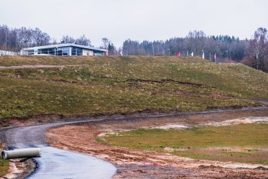 Schmale bräunliche Streifen auf der Wiese (in der Bildmitte) bedeuten Risse an der Böschung der alten Halde 65 in Bad Schlema. Der betroffene Bereich muss nun neu abgedeckt werden.