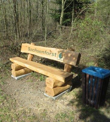 Unter anderem im Rossauer Wald sind solche aus heimischen Hölzern gefertigte Bänke aufgestellt worden.