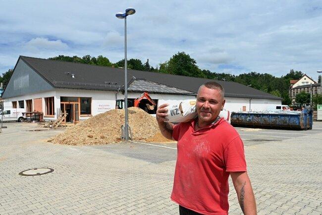 Thomas Göschel vom gleichnamigen Montagebetrieb aus Treuen ist am Umbau des ehemaligen Pfennigpfeiffers zu einem Netto-Markt mit beteiligt.