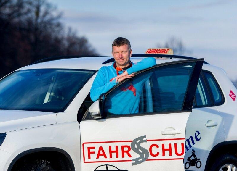 Einsteigen bitte: Fahrlehrer Torsten Böhme aus Dresden lotst seine Schüler durch den Straßenverkehr.
