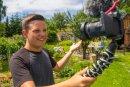 Patrick Schmidl mit Spiegelreflexkamera und Mikrofon beim Drehen eines neuen Clips für seinen Youtube-Kanal.