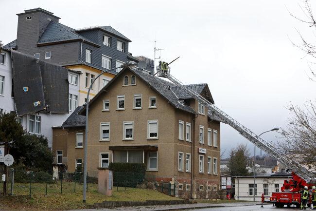Die Feuerwehr musste mit der Drehleiter lose Teile der Dachkonstruktion von den umliegenden Gebäuden entfernen.