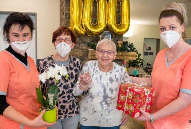 Zu den ersten Gratulanten von Ruth Schreiter (2. v. r.), die am Montag in Begleitung ihrer Tochter Evelyn (2. v. l.) die Tagespflege besuchte, gehörte neben Silke Góbor (l., Pflegedienstleiterin der Mobilen Dienste) auch die Leiterin der Tagespflege, Kristin Tanzmann (r.).