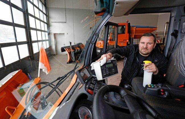 Markus Herold vom Bauhof in Hohenstein-Ernstthal desinfiziert ein Fahrzeug.
