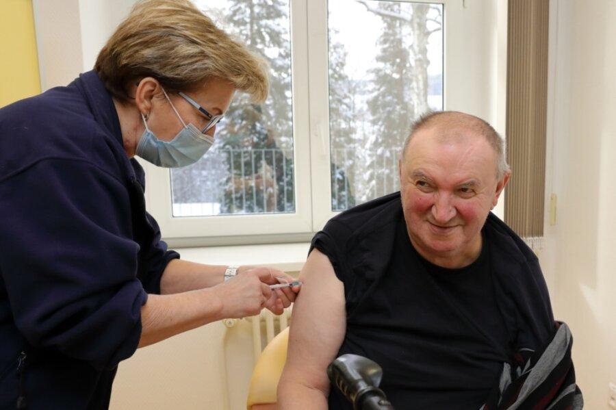 Im Marienstift Schwarzenberg sind am Mittwoch Bewohner und Personal geimpft worden. Insgesamt 125 Personen. Hier lässt sich Werner Uhlig (69) von Medizinerin Gabriele Grießner den Pieks verpassen.