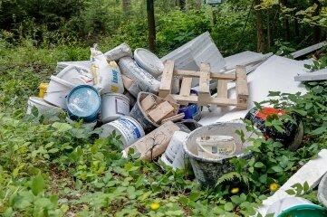 In einem Waldstück nahe des Hahnenhausweges wurde der Müll entsorgt.