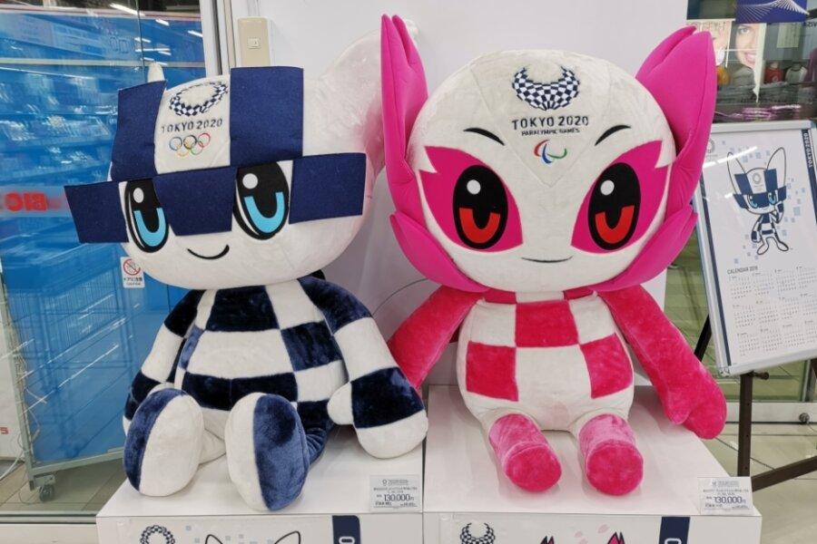 """Die Tokio-Maskottchen Miraitowa (Olympia/l.) und Someity (Paralympics). Der Name des in Blau gehaltenen Charakters Miraitowa ist angelehnt an die japanischen Wörter """"mirai"""" (Zukunft) und """"towa"""" (Ewigkeit)."""