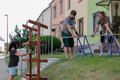 Der Hinterhainer Gurkenschrank nimmt Gestalt an: Initiator Toni Dietel (rechts) wurde beim ersten Arbeitseinsatz von Stefanie Meisel und Jan Kep-stein unterstützt. Samstag wird weiter gewerkelt.