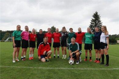 Vereinschef Jürgen Zeug (vorn links) und Trainer Bernd Wutzler (vorn rechts) haben die Zwickauer Fußballerinnen am Sonntag bei einer zusätzlichen Trainingseinheit auf die neue Saison eingeschworen.