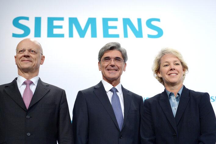 Der Vorstandsvorsitzende der Siemens AG, Joe Kaeser (M), der Finanzvorstand der Siemens AG, Ralf Thomas, und Lisa Davis, Vorstand der Sparte Energie zu Beginn der Jahreshauptversammlung des Unternehmens zusammen.