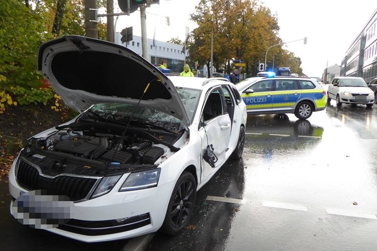Lkw drängt Skoda ab: Frau verletzt