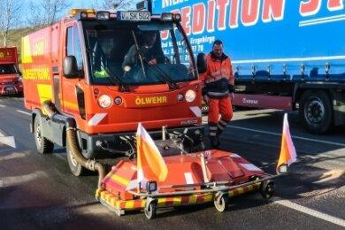 Wegen auslaufender Betriebsmittel und der Unfallaufnahme war die Straße bis etwa 18.30 Uhr gesperrt.