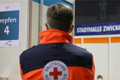 Ob Minderjährige in der Stadthalle in Zwickau  geimpft werden, hängt offenbar davon ab, wer gerade Dienst hat.