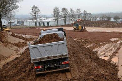 """Im Gewerbegebiet """"Am Auersberg"""" zwischen St. Egidien und Lichtenstein rollen gegenwärtig Baufahrzeuge. Die Arbeiten sollen eine geplante größere Erweiterung von Fertigungshallen vorbereiten."""