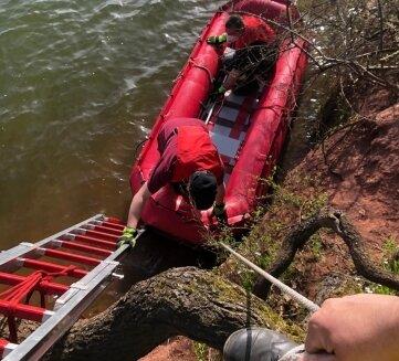 Bei der Hilfeleistung kam auch ein Rettungsboot zum Einsatz.