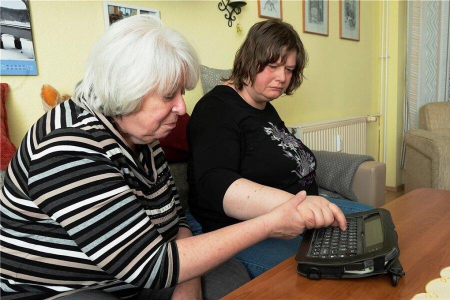 Ihre einzige Art miteinander zu kommunizieren: Sigrid Görlich und ihre autistische Tochter Regine an der elektronischen Schreibhilfe.