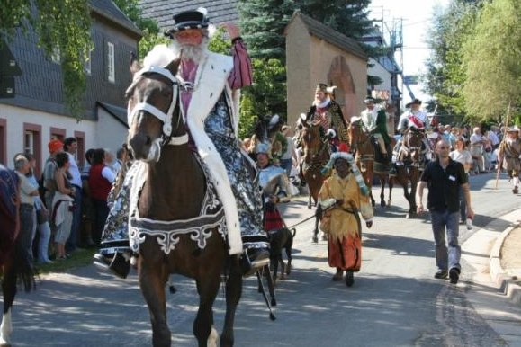 Höhepunkt des Wochenendes ist der Fürstenzug am Sonntag. Dann ziehen 93 Darsteller, 44 Pferde und zwei Hunde durch die Stadt und schließlich bis nach Seelitz, wo der Tross 15 Uhr ankommen soll.