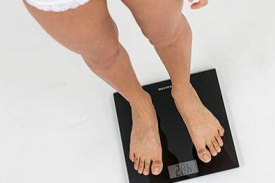 Bin ich zu dick? Diese Frage stellen sich Menschen mit Magersucht oder Bulimie auch dann, wenn sie bereits extremes Untergewicht haben.