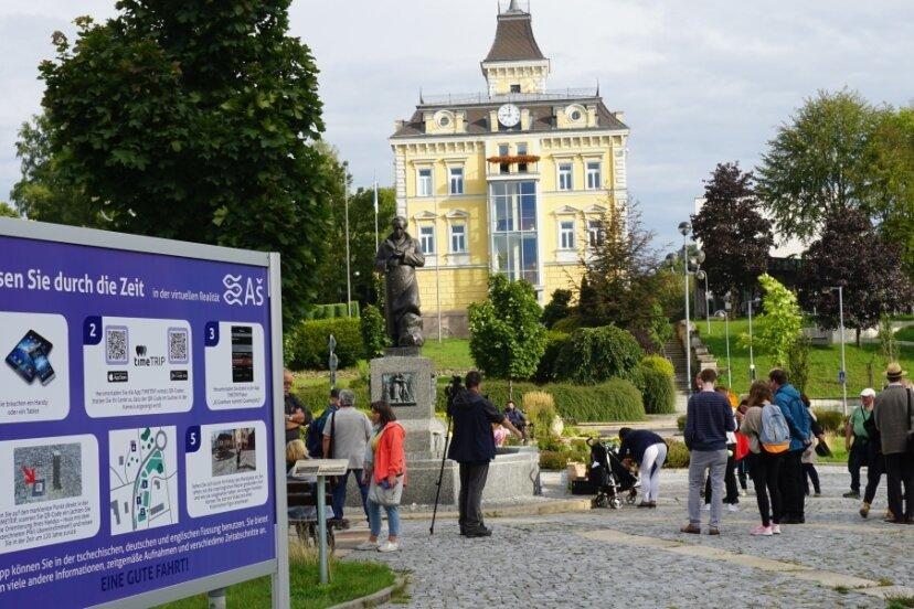 Kulturweg der Vögte: Infotafel am Marktplatz in Asch/Aš für eine virtuelle Reise durch die Geschichte der westböhmischen Stadt. Die Vögte von Weida hatten das Ascher Ländchen 1281 als Reichslehen erhalten.