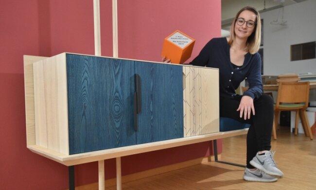 """Tischlerin Natalie Herrmann ist für ihre Garderobe beim bundesweiten Wettbewerb """"Die gute Form"""" mit dem Sonderpreis """"Massivholz"""" ausgezeichnet worden. Den Tischlerberuf lernen immer mehr Frauen."""