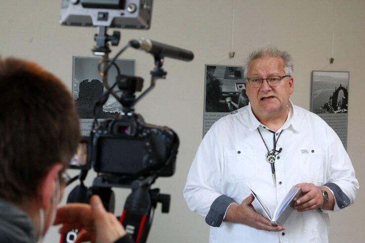 André Neubert, Leiter des Karl-May-Hauses, erklärt dem Kabeljournal am Dienstag, warum sich ein Besuch der neuen Fotoausstellung im Hohenstein-Ernstthaler Rathaus lohnt.