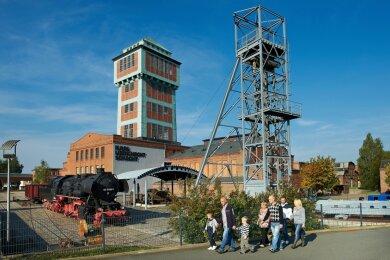 Neben dem Förderturm ist das Stahlfördergerüst weithin zu sehen.