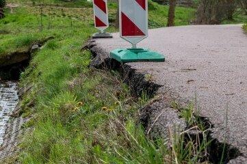 Der Hang unweit des Dorfbaches in Breitenborn ist ins Rutschen geraten. Der Asphalt ist bereits an den Rändern heruntergebrochen. Nun soll das Areal hergerichtet werden.