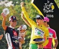 Bei der Siegerehrung 2006 ließ sich Landis (m.) neben Pereiro (l.) feiern