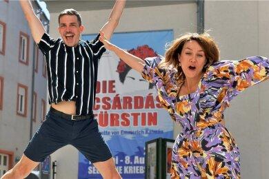 """Alexander Donesch und Lisa Schnejdar - hier vor dem Freiberger Theater am Buttermarkt - freuen sich auf ihre Rollen in der """"Csárdásfürstin"""" auf der Seebühne Kriebstein."""