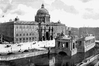 Eine Aufnahme des Berliner Stadtschlosses, Westseite, mit dem Kaiser-Wilhelm-Denkmal, um 1900.