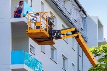Dieser Tage wurden die Balkone angebracht - aus türkisfarbenem Sicherheitsglas.