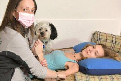 Regelmäßig dehnt und massiert Ergotherapeutin Sandra Stephan (l.) die Muskulatur von Sandra Hauptmann. Mühevoll kann sie danach ihre Arme etwas besser einsetzen.