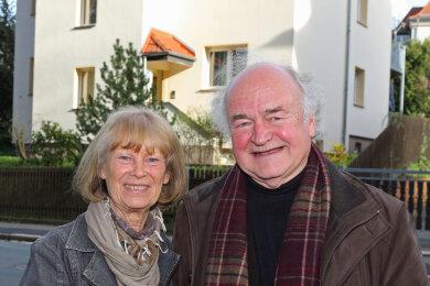 Angelika Schaller und Günter Neubert vor dem Geburtshaus des Komponisten in der Crimmitschauer Waldstraße.
