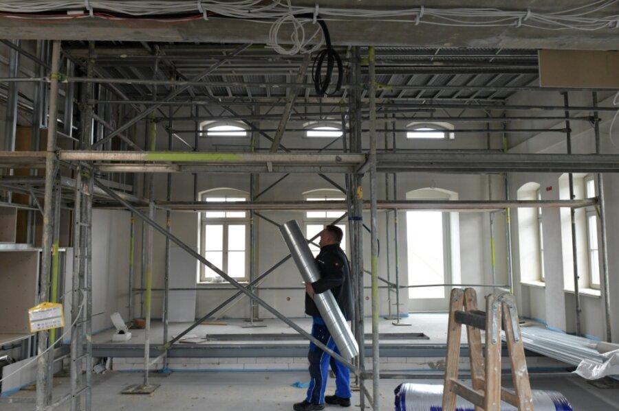 Im künftigen Konzertsaal - hier mit Blick auf die Bühne und den Platz für die Orgel - sind derzeit die Installateure wie Maik Beer von der der Heizungsfirma aus Bad Gottleuba bei der Arbeit.
