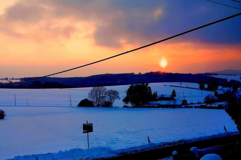 Sonne sinkt nach eiskaltem Tag über Rotschau