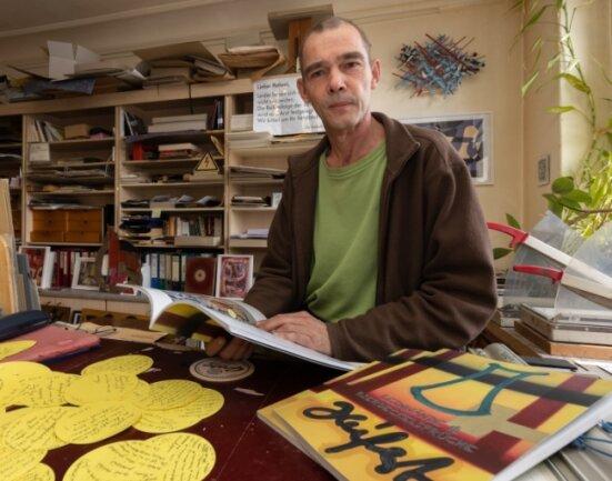 """Der freischaffende Künstler Jörg Seifert aus Annaberg-Buchholz hat eine Publikation mit dem Titel """"Leinwände & Bierdeckelsprüche"""" herausgebracht. Sie gibt einen Einblick in seine Arbeiten der vergangenen Jahre - kombiniert mit Sinn- und Spottgedichten."""
