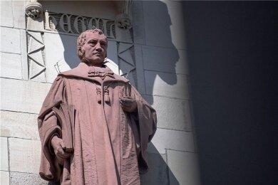 Eine Skulptur von Daniel Stocker von 1905, die den Philosophen Friedrich Hegel zeigt und auf einem Sockel an der Fassade des Rathauses in Stuttgart steht.