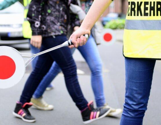Verkehrshelfer bringen den Kindern ein großes Plus an Sicherheit im Straßenverkehr. Allerdings wird es zunehmend immer schwieriger, für diese Tätigkeit auch die dafür geeigneten Personen zu finden.