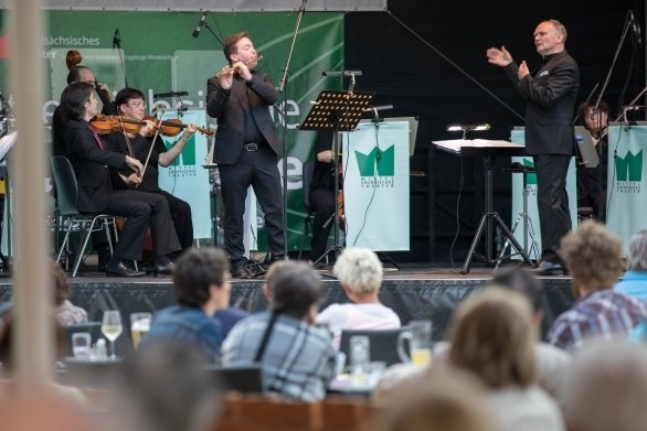 Sein Abschiedskonzert gab Generalmusikdirektor Raoul Grüneis (r.) am Samstag im Freiberger Schlosshof.