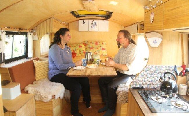 Das Paar hat das Innere des Lkw-Aufbaus für zweckmäßiges und gemütliches Wohnen komplett umgebaut.