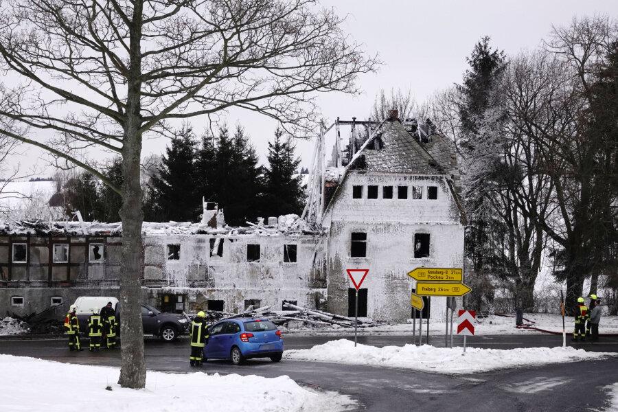 Ex-Gasthof brennt aus - Feuerwehrmann verletzt