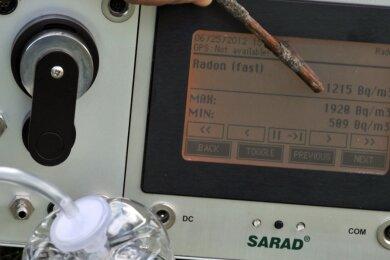 Eine Radonbelastung von 1215 Becquerel pro Kubikmeter Raumluft kann auf Dauer krank machen. Dieser hohe Wert wurde auf einem Bergbaugelände in Bad Schlema gemessen.