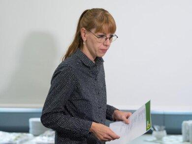 Katja Meier (Grüne), Sachsen Justizministerin, liest den Text auf einem Blatt.