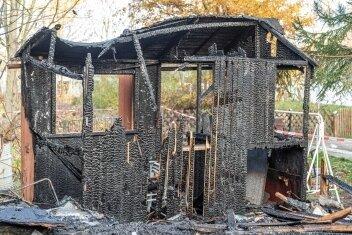 Abgebrannt: eine Gartenlaube und ein Geräteschuppen.