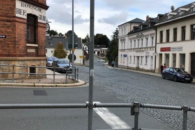 Die Kreuzung Bayrische Bierstube in Markneukirchen: Links geht es zum Gymnasium, hinten rechts mündet die Erlbacher Straße ein.