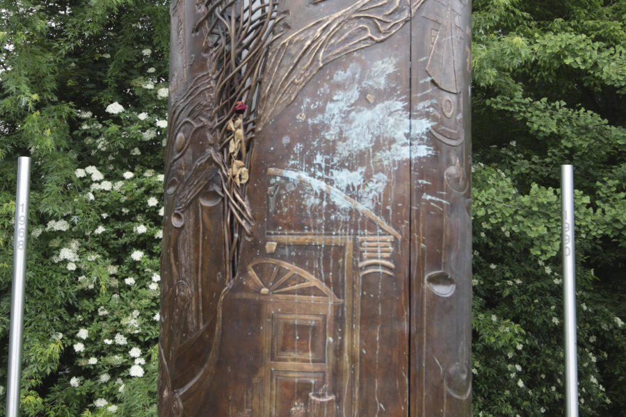 Unbekannte hatten das Wendedenkmal in der Plauener Innenstadt mit blauer Farbe beschmiert.