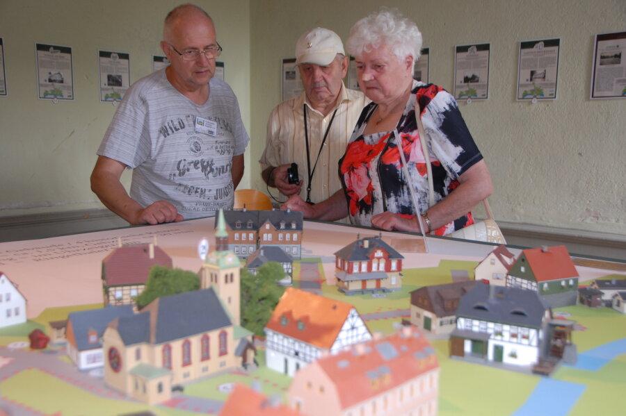Auch ein kleines Modell des Ringethaler Ortes wurde ausgestellt. Hier zeigt Uwe Brückner vom Heimat- und Geschichtsverein Ringethal/Falkenhain Claus und Ilse Schneidenbach (v.l.) einige Punkte des Mittweidaer Ortsteils.