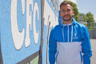 CFC-Neuzugang Furkan Kircicek nach der Vertragsunterschrift im Stadion an der Gellertstraße.
