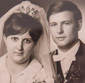 """Da waren sie noch jung: Das Ehepaar Günther aus Stollberg. Sie haben eine 52-jährige Tochter, die aber in Frankfurt/Main arbeitet. Sie kann also keine Hilfe sein - für regelmäßige Wege zum Arzt. Zwar fährt Manfred Günther noch Auto. """"Aber lange Strecken? Und wie lange überhaupt noch?"""", fragt seine Frau besorgt."""